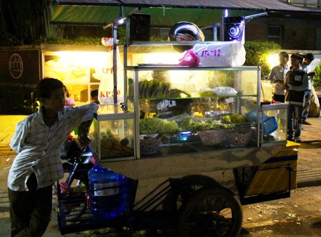 Ruokakärryt Siem Reapin yössä.