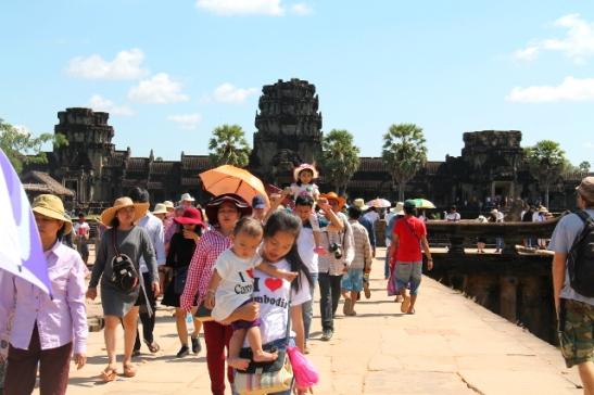 Silta Angkor Watin uloimmalle länsiportille, joka on pääsisäänkäynti.