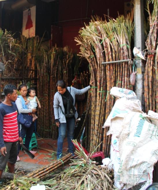 Tässä myydään kokonaisia sokeriruokoja. Niistä puristettu mehu näytti olevan Kambodzassa suosittua.