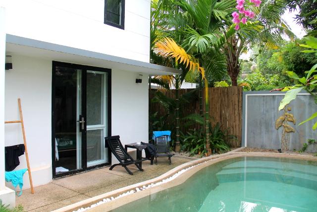 Suorkear Villan perhebungalow omalla uima-altaalla. Sisätilat olivat vähän pienet ja meitä majoittui sinne neljä aikuista.
