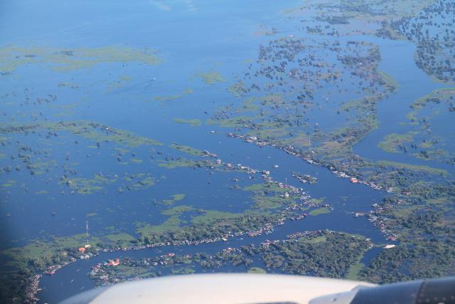 Asutusta Tonlé Sapin suistossa. Tällaisiin veden päällä oleviin kyliin kaupitellaan vierailuja turisteille.