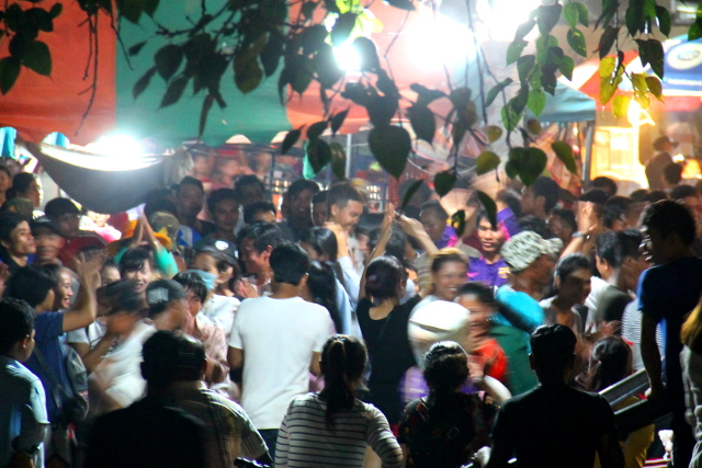 Tanssivia ihmisiä.