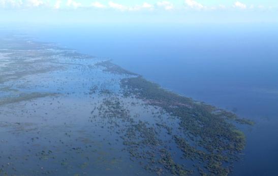 Tonlé Sap on laaja järvi, josta voisi jatkaa matkaa veneellä Phnom Penhiin. Harkitsimme asiaa, mutta järven laajuuden takia iso osa matkaa olisi yksitoikkoista. Olisi mielenkiintoisempi matkustaa kapeampia jokia pitkin.