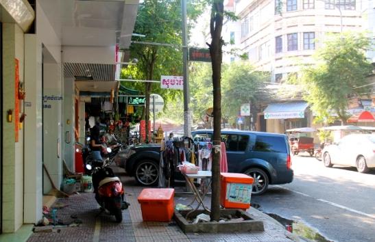 Vietnamin tapaan Phnom Penhinkin jalkakäytävät oli usein tukittu ja piti kävellä tien vierustaa. Myös muita Vietnam-vaikutteita näkyi, vaikka enemmän Kambodza muistutti Thaimaata.