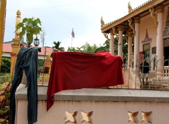 Phnom Penhin keskustassa oli temppeli,, joka näytti olevan hyvässä käytössä, koska siellä taisi asua aika köyhiä ihmisiä. Tässä kuivatetaan pyykkiä temppelin kaiteilla.