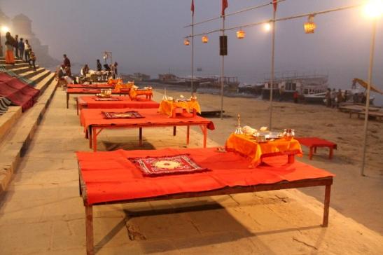 Assi ghatin seremoniapöydät odottamassa illan rituaaleja.