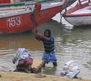 Dhobi wallah pesemässä pyykkiä päivävuorossa.