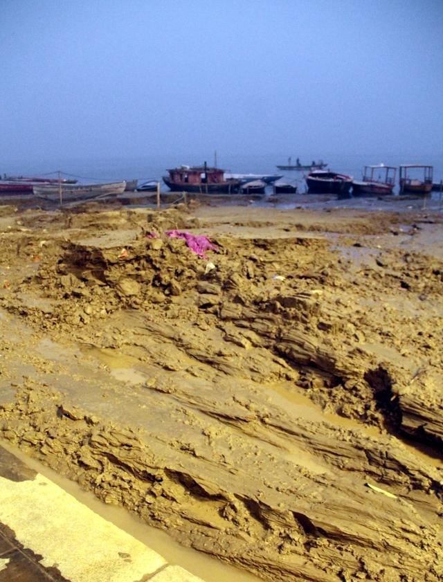 Sedimenttiliejua Gangesin rannalla.