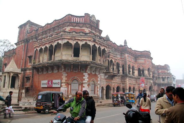 Vaikka Varanasissa on hienoa lähinnä vain Gangesin rannalla, niin joitain tällaisia hienoja rakennuksia löytyy muualtakin.