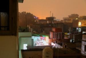 Hotellini kattoravintola loisti iltaisin muiden kattojen keskellä.
