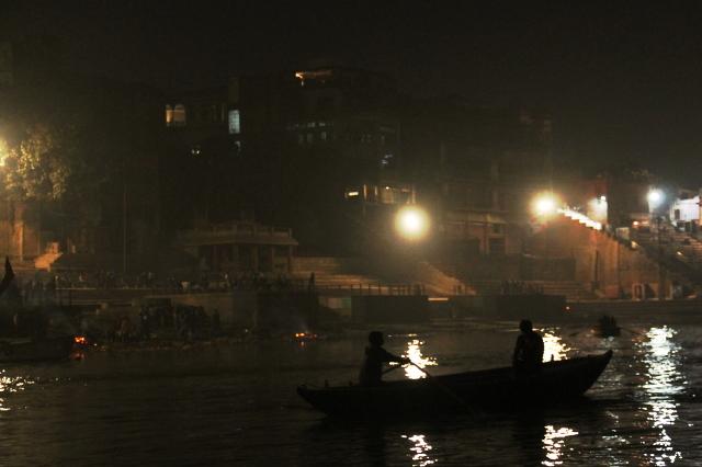 Harishchandra ghat on pienempi polttohautauspaikka Varanasin rannalla. Krematoinnit tehdään ihan vesirajan lähellä.