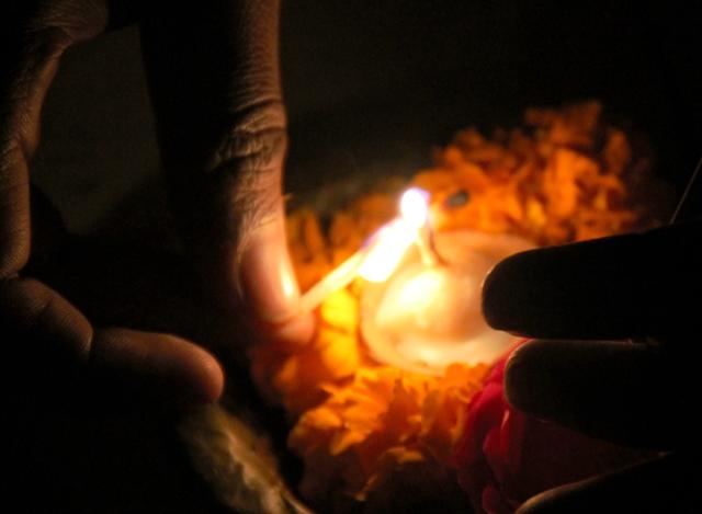 Veneileville turisteille kaupataan veteen laskettavia kynttilöitä.