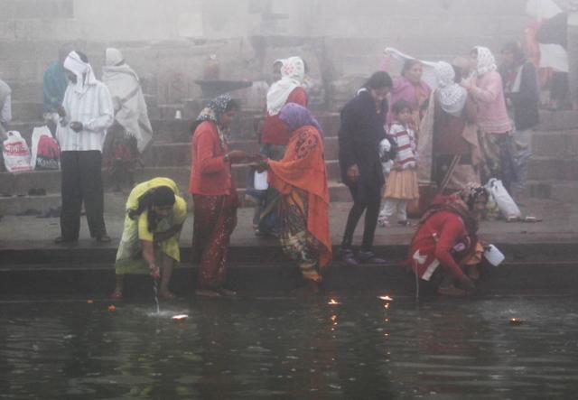 Harvinaisesti naisia Gangesin vedessä. En nähnyt heidän kuitenkaan uivan siellä miesten tapaan.