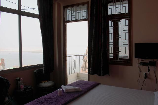 Huoneeni ja näkymä ikkunoista.