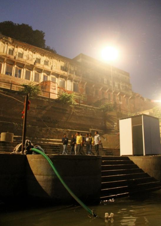 Panchakot on yksi monista Gangesissa kylpemiseen tarkoitetuista ghateista. Sen rakensi kuningas Panchakota 1800-luvun loppupuolella. Tässä näkee miten iltaisin varsinkin Varanasissa kulki vain miehiä.