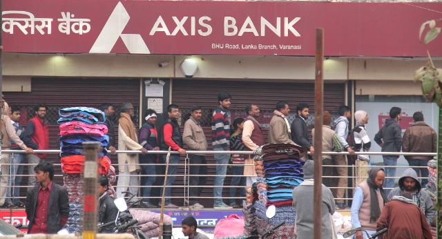 Rahauudistus aiheutti pankkijonoja ja muuta harmia.