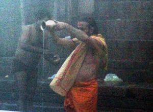 Peseytymisrituaalia Gangesin aamusumussa.