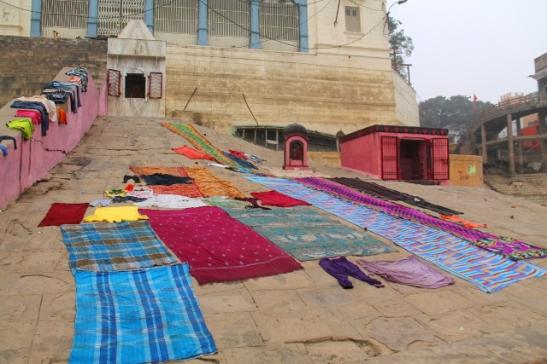 Pyykin kuivausta Varanasin rannalla.