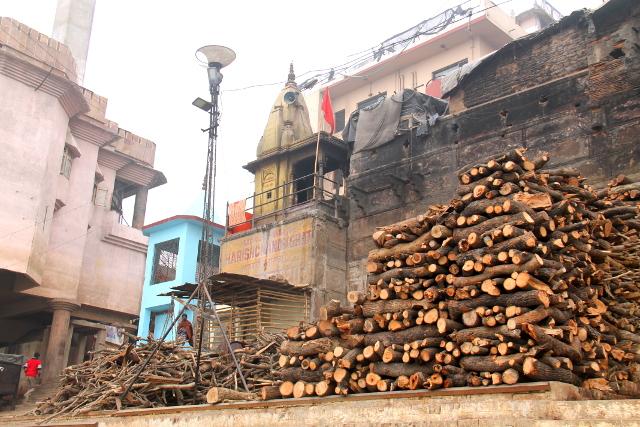 Krematointipaikan polttopuita, jotka ovat arvokkaita. Jos on enemmän rahaa, niin puita käytetään enemmän polttamiseen.