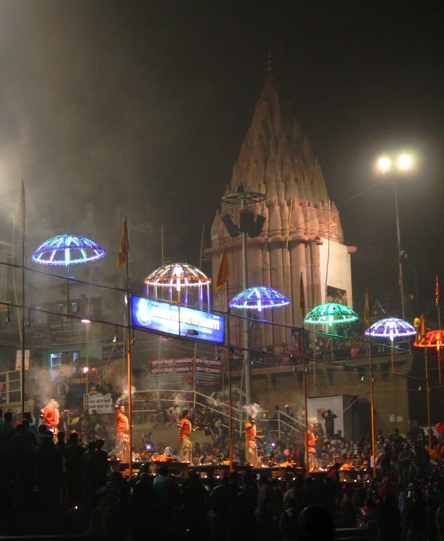 Dashashwamedh ghatilla on jokailtaiset palvontamenot muunmuassa Shiva-jumalalle ja Ganges-joelle.