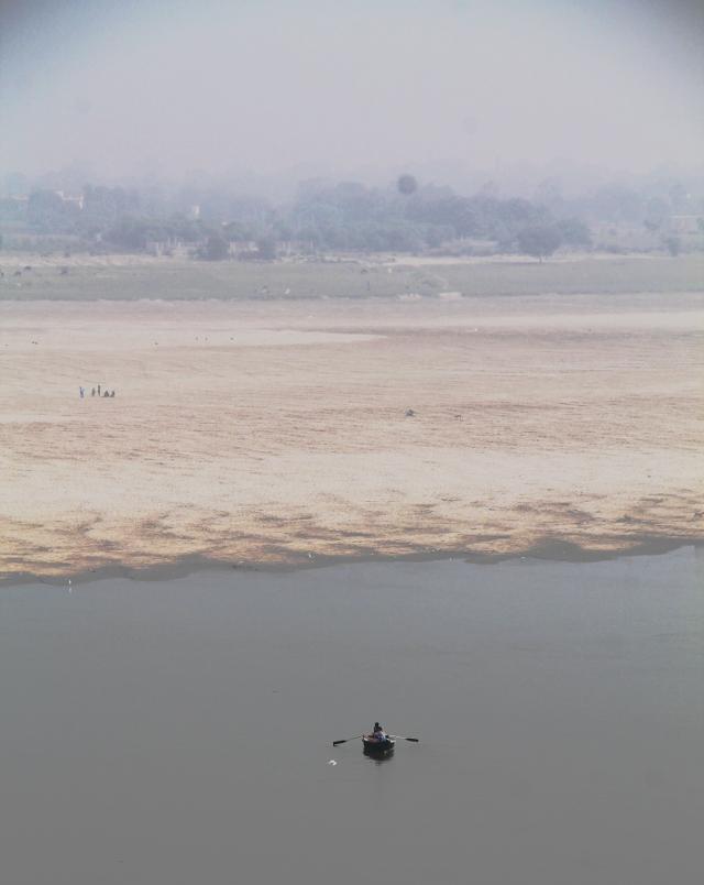 Gangesin vastaranta ja soutelija.