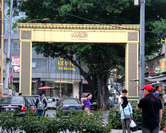 Bukit Bintangissa oli aika paljon lähi-itäläisiä ravintoloita ja kauppoja, ja näkyi tämmöinen Ain Arabia -kadun porttikin.