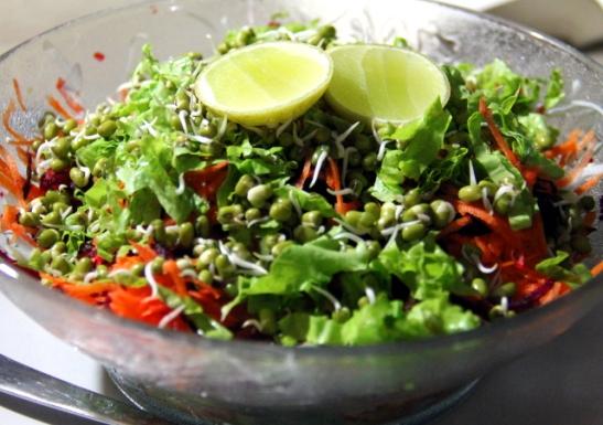 Salaatti Brown Breadissa. Intiassa on riski syödä salaatteja, jos kasvikset on huuhdeltu kraanavedellä pulloveden sijaan.