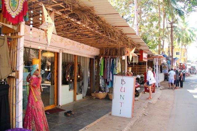 Fabindian vieressä on raitilla jo pidempään vaikuttanut Bunti. Buntin vaatteet ovat aika samanlaisia kuin Fabindian tapaisen ketjun Anokhin vaatteet.