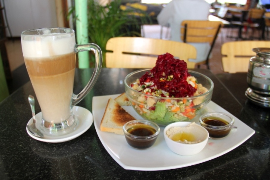 Soijalatte ja salaatti Cafe Innissä.