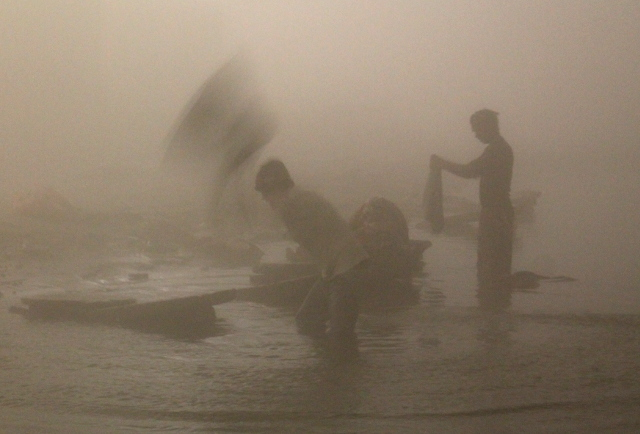 Pyykkärit eli dhobi wallahit työssään aamukuudelta.