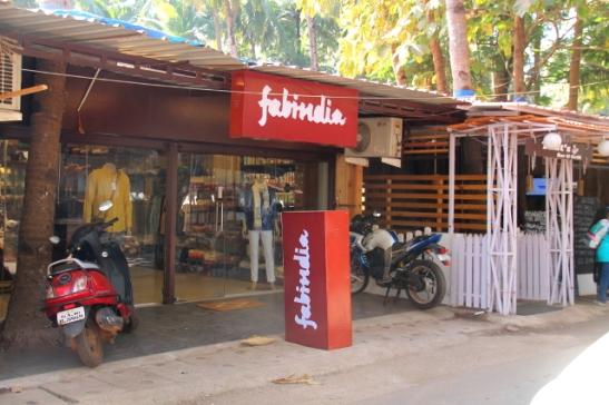 Palolemin kylänraitille on tullut Fabindian liike. Ne myyvät parempilaatuisia vaatteita kuin kojujen tilpehöörit. Lisäksi niillä on mukavia hygieniatuotteita ja esimerkiksi tyynyliinoja ja peitteitä.