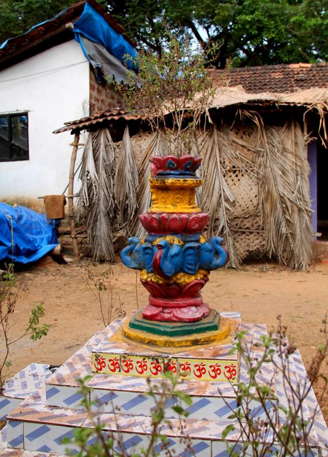Tällaisen hindujen alttarin ympärillä usein kasvaa jumalallisena pidettyä tulsi-kasvia.