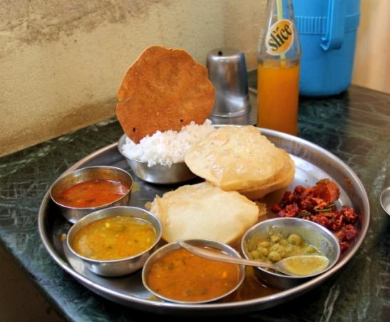 Thali-annos halvassa Udupi-ravintolassa, joka sijaitsee pari kilometriä rannalta Chaudin kylää päin.
