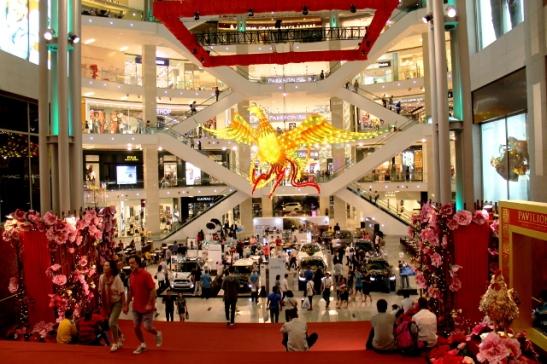 KL Pavilion ostoskeskus, koristelu taisi liittyä juuri olleeseen kiinalaiseen uuteen vuoteen.