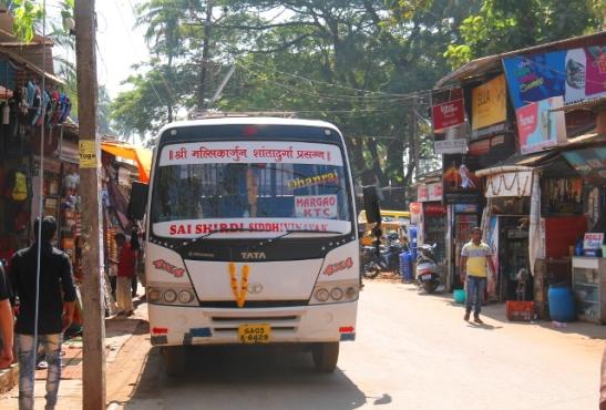 Margaoon lähtevä bussi. Margao (lausutaan usein Madgao) on eteläisen Goan isompi kaupunki, mutta silti goalaisen pienimuotoinen.