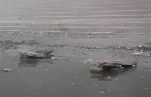 Aluksi luulin näiden kivien olevan minilaitureita Gangesin uimareille, mutta ne ovatkin dhobi wallahien pyykinpesukiviä. Niihin hakataan pyykkejä Gangesin saastavedessä.