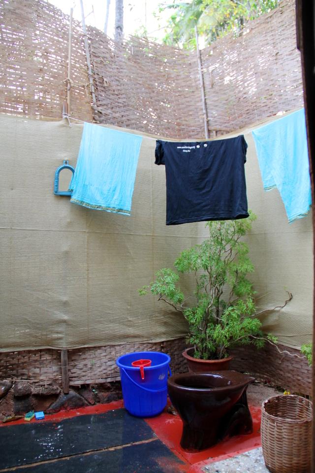 Pyykin kuivausta kylpyhuoneessani. Koiranpennun kanssa tuli paljon pyykättävää ja sitä varten piti ostaa pyyhkeitä ja uhrasin vanhan huivini ja t-paitanikin petivaatteeksi.