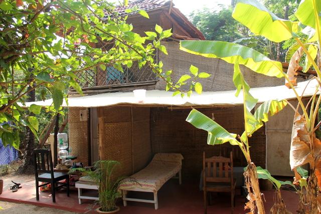 Seva´sissa on tällaisia kolmen huoneen mökkejäkin. Kattohuone on yksinkertainen, vain patja lattialla ja hyttysverkko.
