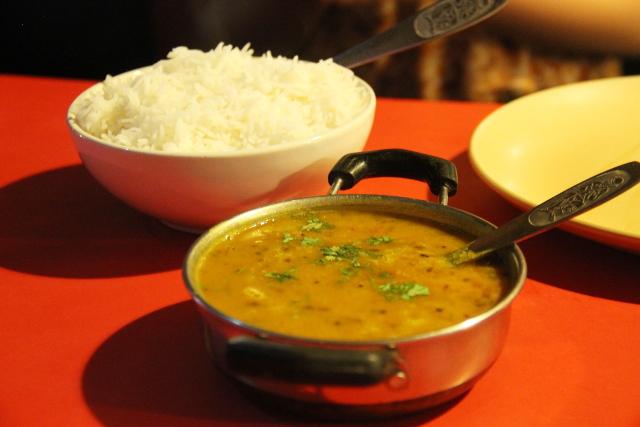 Sree Ganeshin dhal eli intialainen linssikastike ja riisiä.