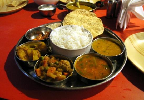 Eteläintialainen thali taisi olla muuten sama kuin pohjoisintialainen, mutta siinä oli sambhar-liemi mukana.