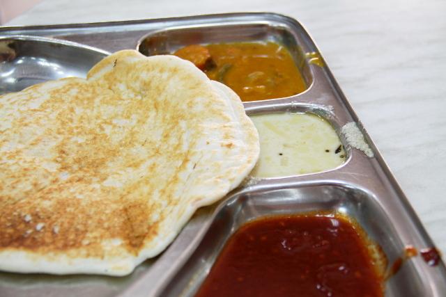 Hindutemppeliä vastapäätä oli intialainen ravintola Green Life ja siellä söin uttapamin.