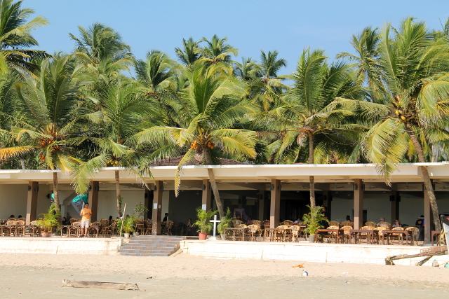 Tämä uusi rakennus Palolemin rannalla miellyttää silmääni. Se on yksinkertainen, maanläheisen värinen ja matala.