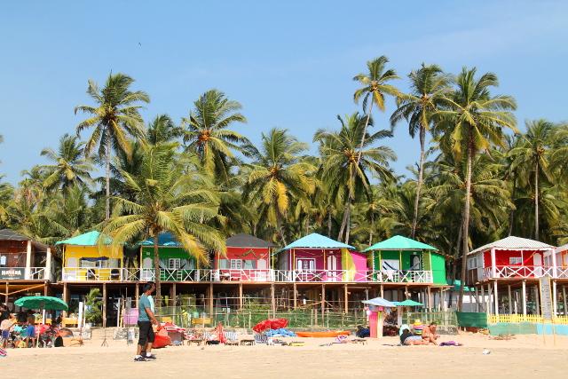 Nämä kaksikerroksiset värikkäät majat rannalla ovat mielestäni kamalia.